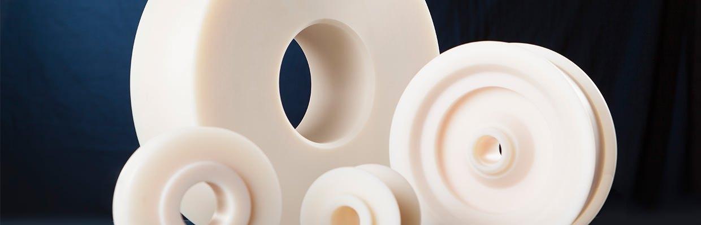 Mehrere Umlenkrollen aus Polyamid (PA) 6 G, einem sehr leichten Kunststoff.