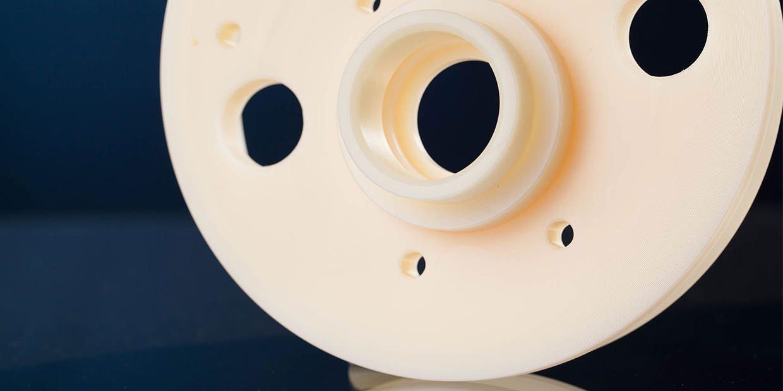 Drehfrästeil aus Polyamid bearbeitet mit CNC Drehmaschinen und CNC Bearbeitungszentren.