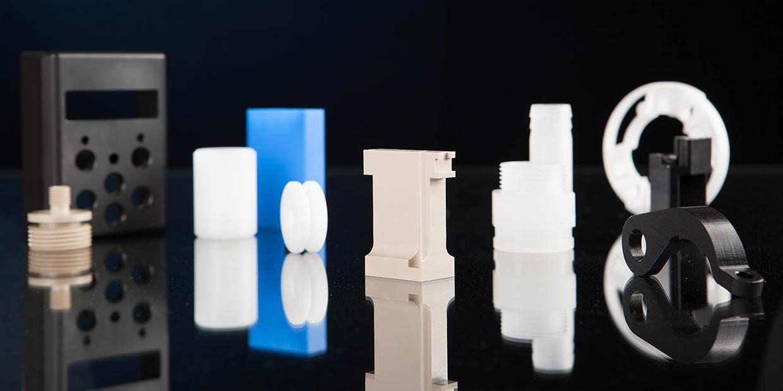 Verschiedene Kleinfrästeile aus Kunststoff.