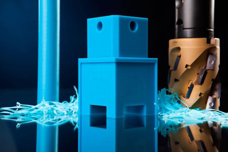 Frästeil aus POM FG Kunststoff in der Farbe blau gemäß Verordnung (EG) Nr. 1935/2004.