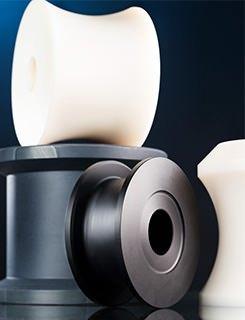 Eine Auswahl an Laufrollen aus technischen Kunststoffen wie PA, POM und PVC in verschiedensten Dimensionen.