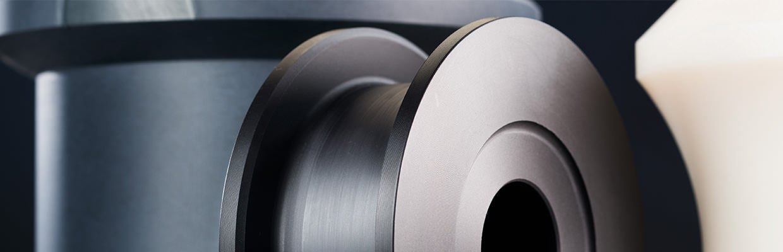 Laufrollen, Seilrollen, Ringe, Umlenkrollen aus Thermoplasten & technischen Kunststoffen, wie Polyamid, Polyethylen oder Polyoxymethylen.