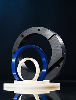 Ringe in allen Dimensionen aus technischen Kunststoffen wie PA, POM, PE, PVC, PP., die an einer CNC Drehmaschinen gefertigt wurden.