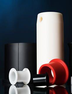 Gleitbuchsen und Gleitlagerbuchsen aus technischen Kunststoffen in verschiedenen Farben.