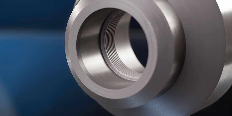 Ein Drehteil mit Innengewinde aus PVC, wird häufig in Bereichen eingesetzt wo ein kostengünstiger Werkstoff mit guten chemischen Eigenschaften und guter Schweißbarkeit zum Einsatz kommen soll.