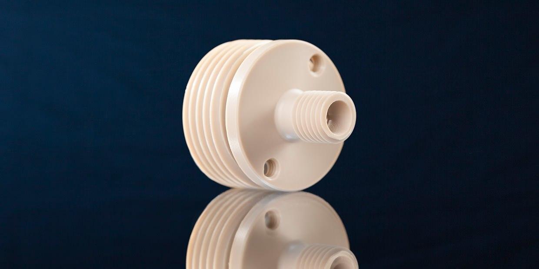 Gewindebuchsen aus Hochleistungskunststoffen wie PEEK, PVDF und PTFE mit besonderen thermischen Eigenschaften.