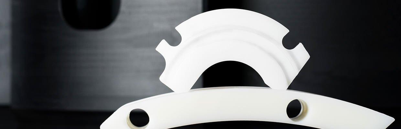 Ein Gleitelement und eine Gleitplatte, welche aus den technischen Kunststoffen PA 6 G, PA 6 G + Öl, PET, PET-GL und PE gefertigt werden um gute Gleit- und Notlaufeigenschaften zu gewährleisten.