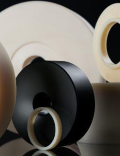 Rollen und weitere aus Kunststoff gefertigte Drehteile der SDG Kunststoffe GmbH & Co. KG.